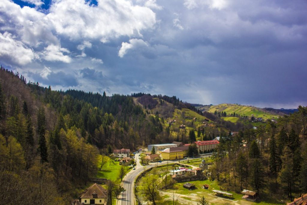 view-from-bran-castle-visiting-draculas-castle-bran-castle-rasnov-fortress-tour
